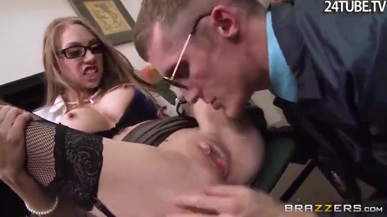 Стройная негритянка секретарша порно, шалава дрочит другу на улицы