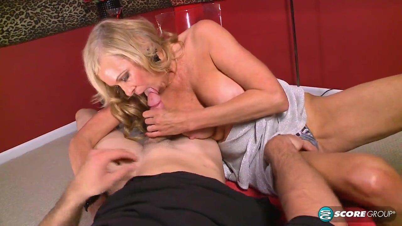 Порно миньет от пожилой блондинки