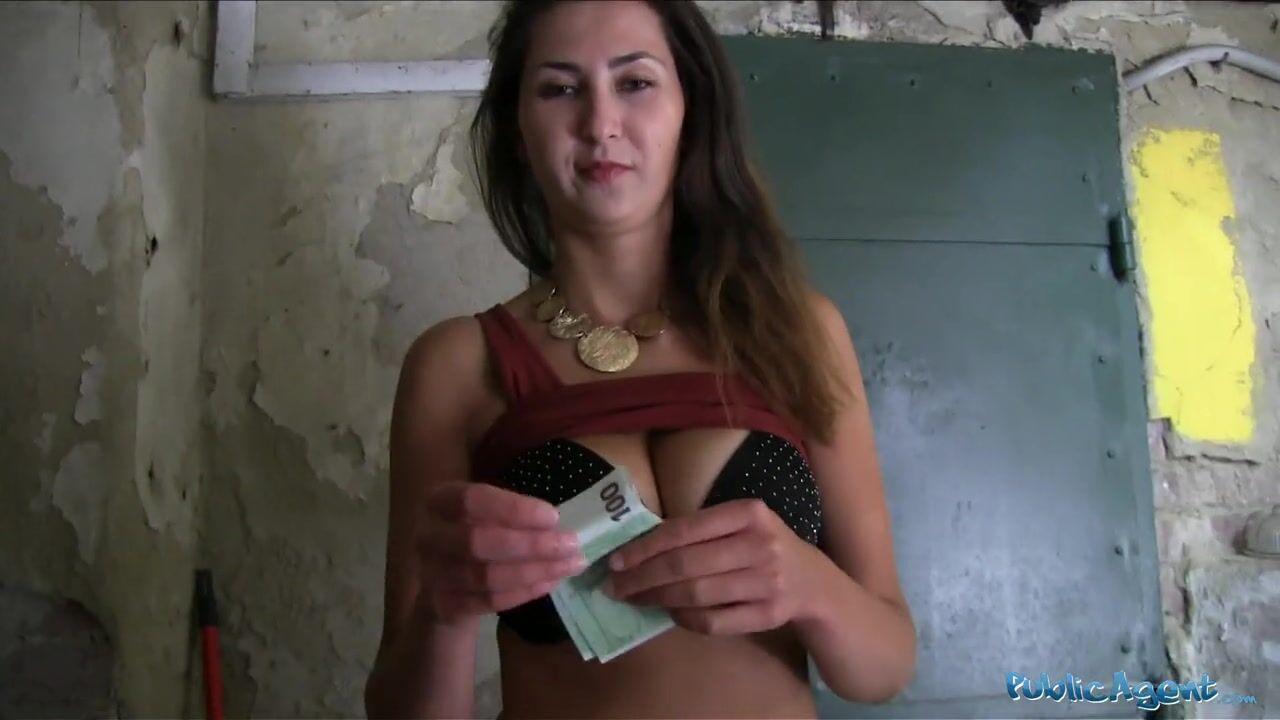 Смотреть порно ебут в подвале