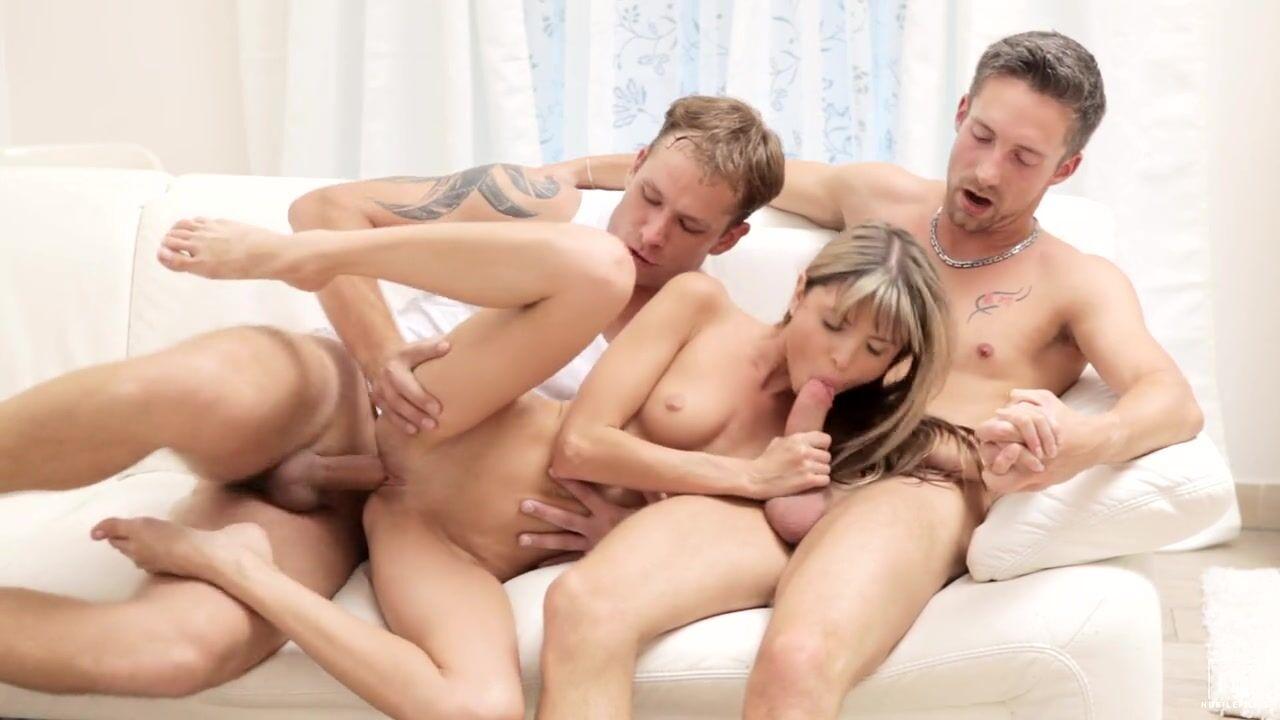 video-seks-vdvoem-devushku-ebut-v-pizdu