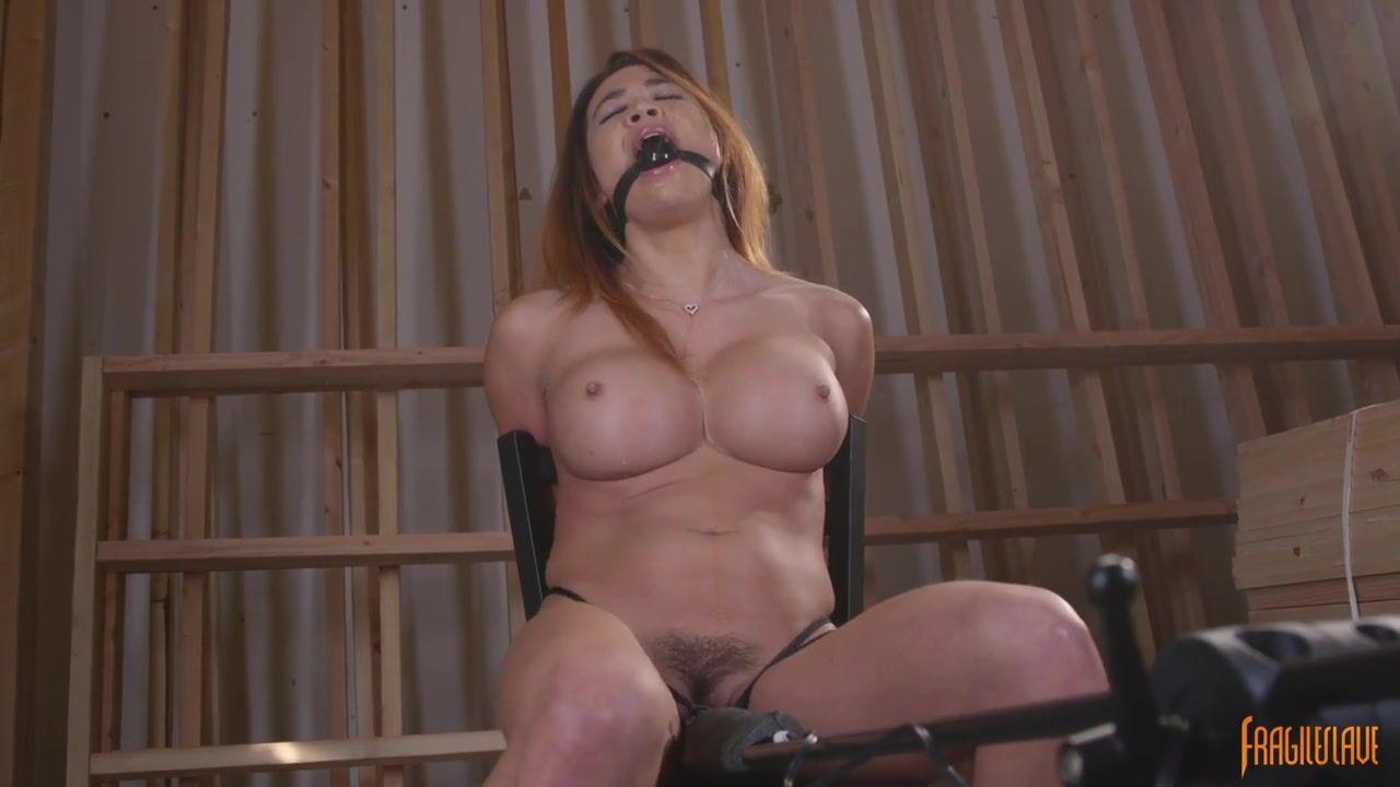 Привязана к стулу с вибратором секс видео