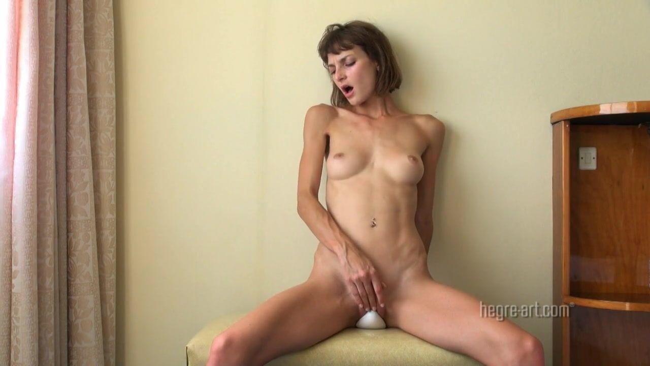 devushka-sama-poluchaet-orgazm-zrelie