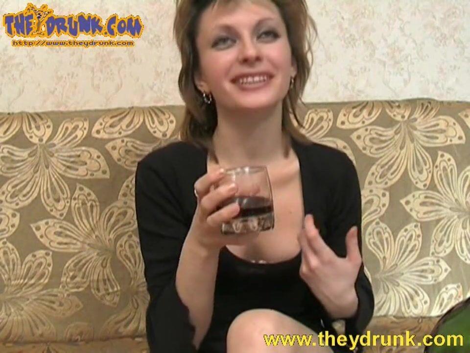 Пьяная русская девка дрочит писю