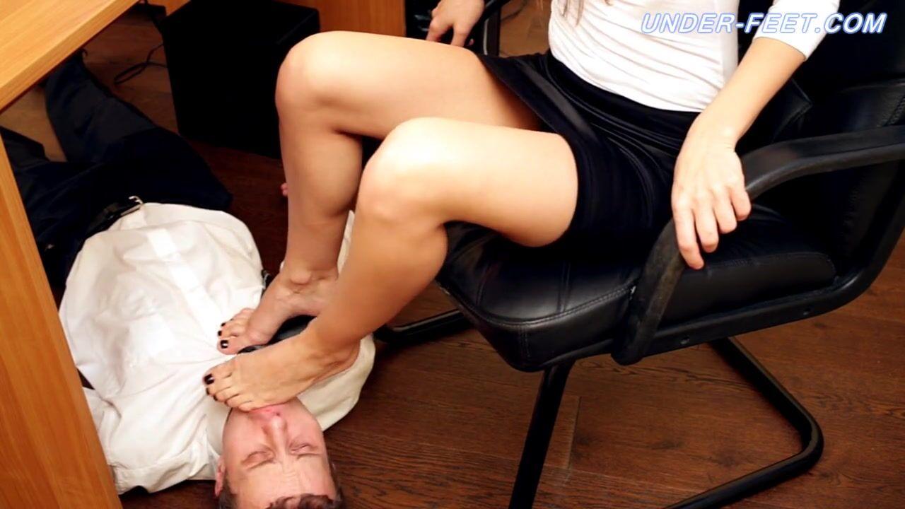 Порно онлайн лижет облизывает вылизывает ласкает пальцы ног