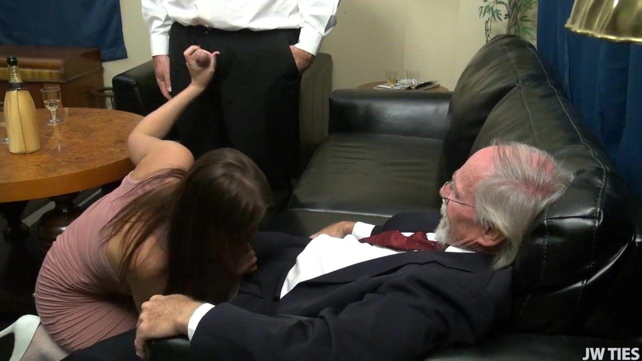 Старики трахают молодую телку, у моей подруги большие титьки порно видео