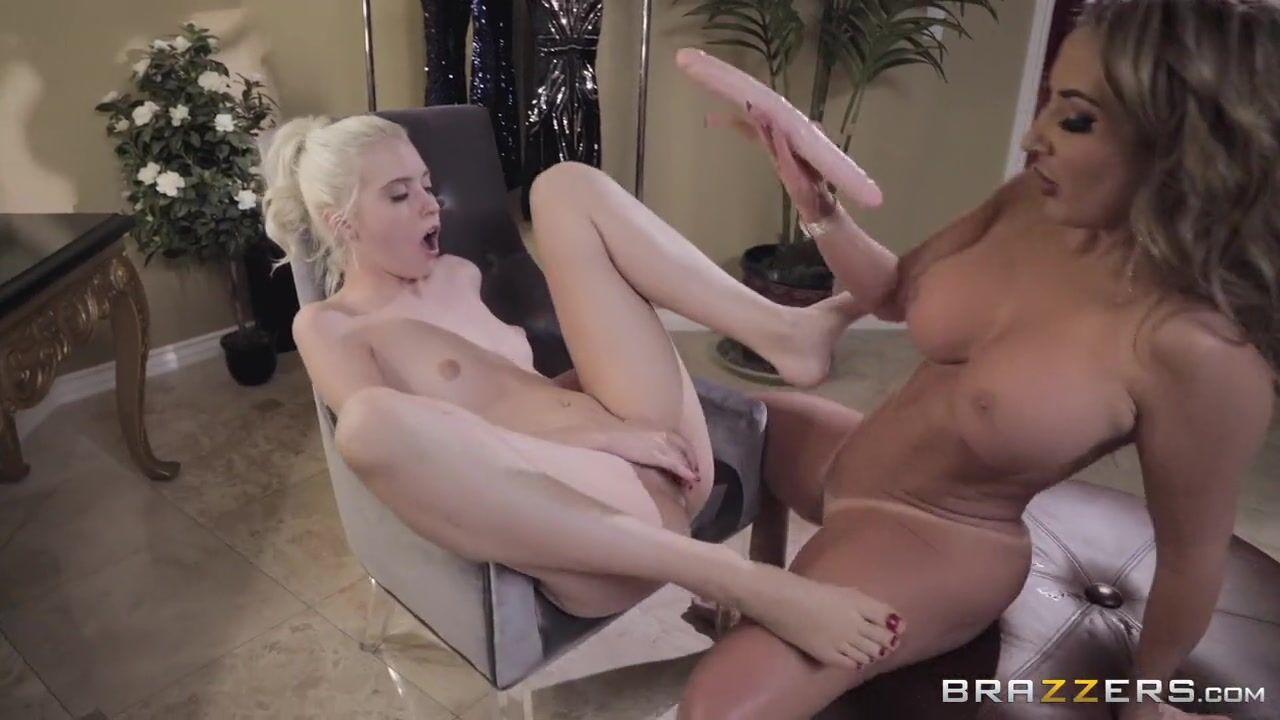 Грудастая телка лижет киску худенькой лесбиянке перед порно с ней