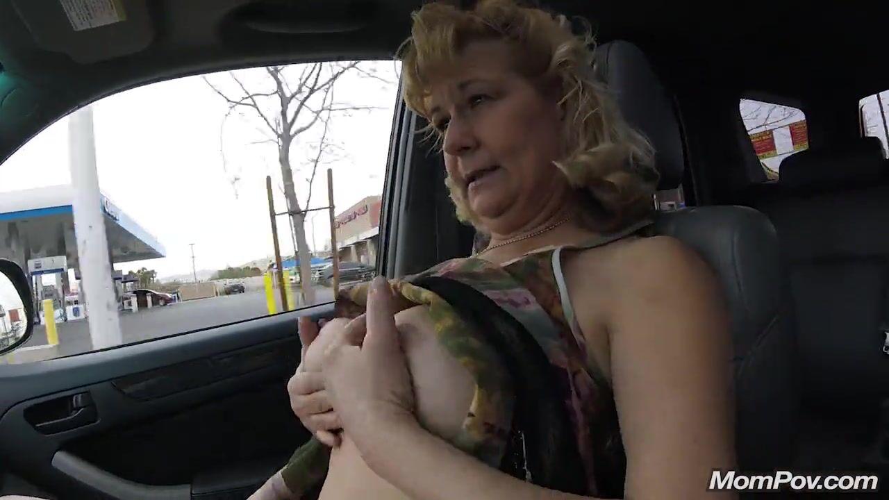 показать грудь в машине заставил