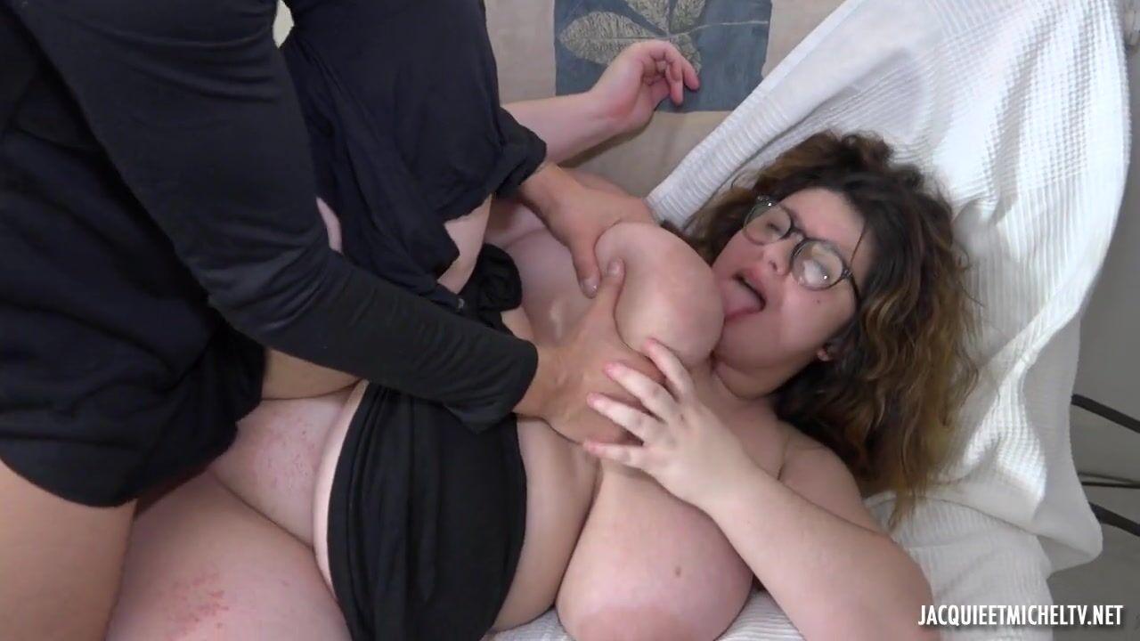 Зрелая пригласила молодого парня домой и трахнула порно