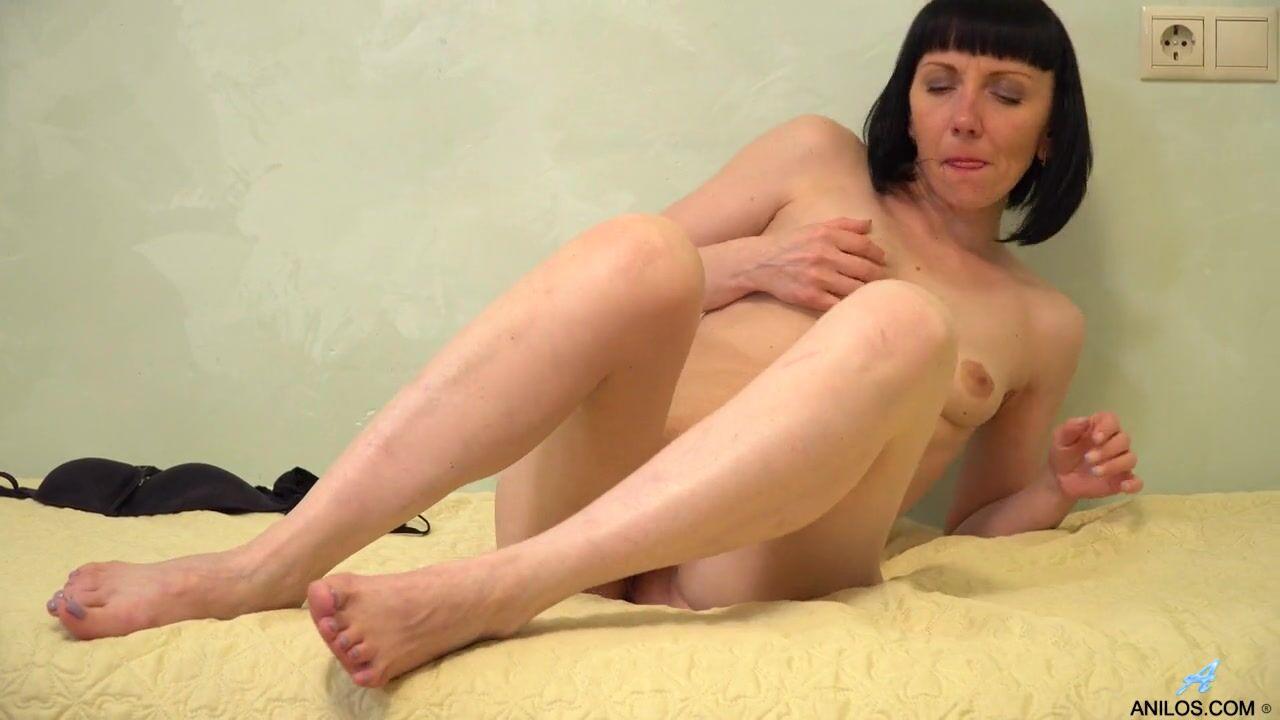 Худенькая брюнетка кончает от мастурбации