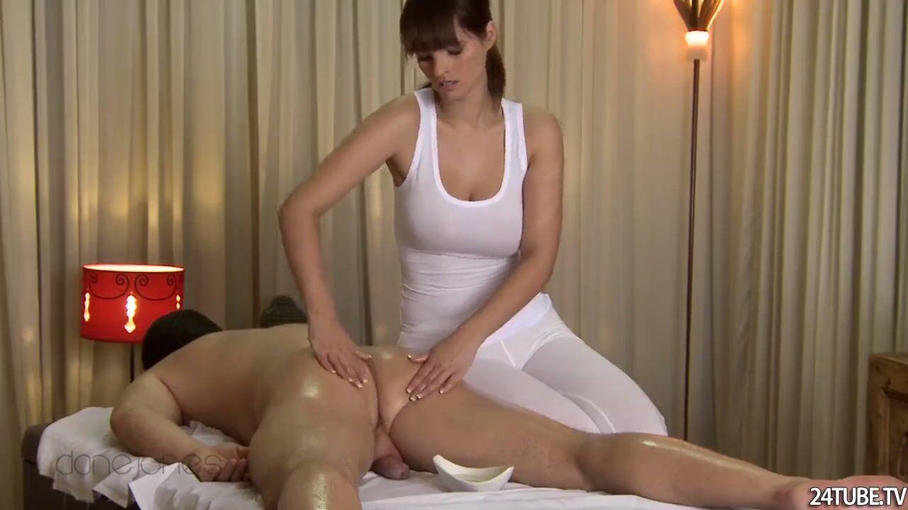 массажистка рита с красивыми сиськами трахается с клиентом порно