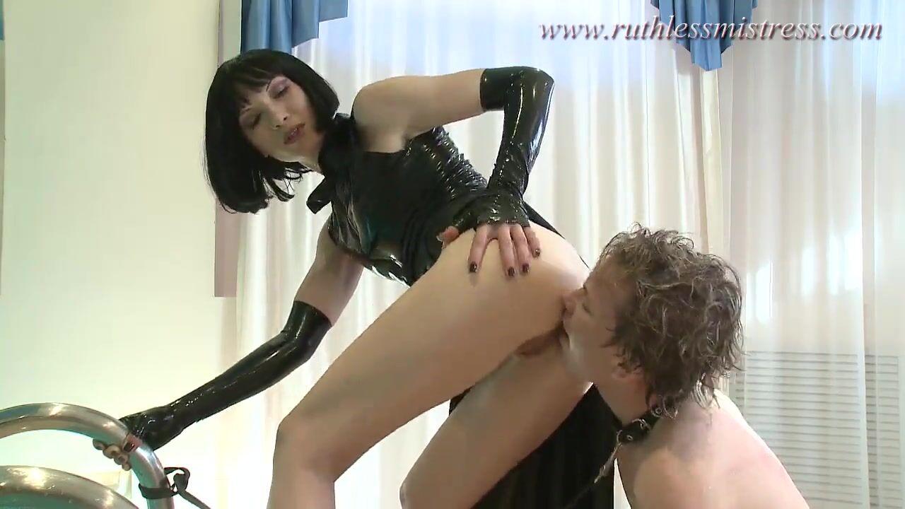 заставила лизать анус своего раба
