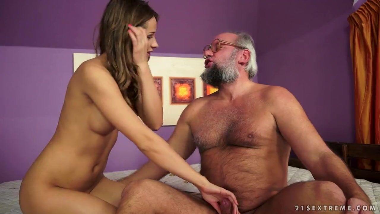 Старухи делают урологический массаж и сосут член