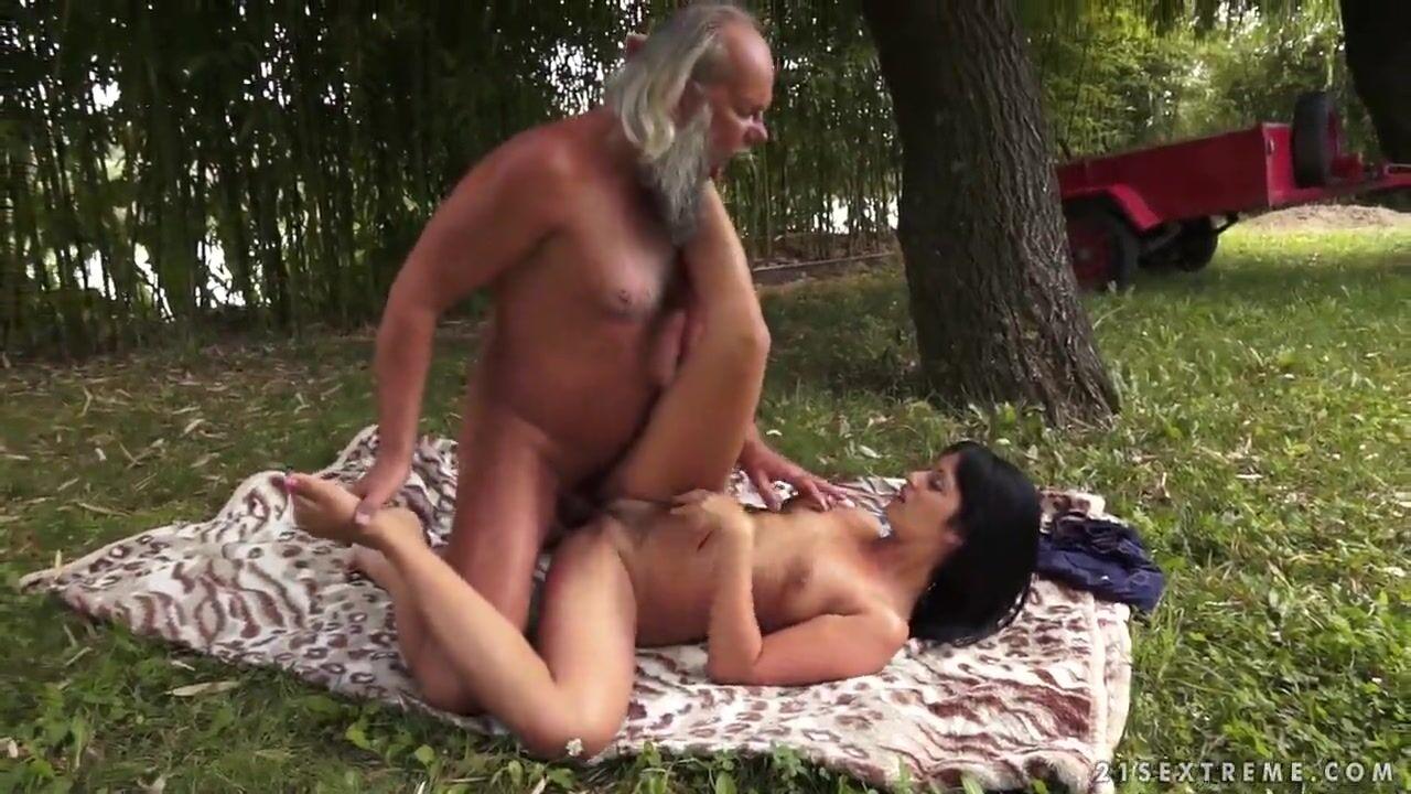 Секс ебля сисястых на озере порно видео пристают