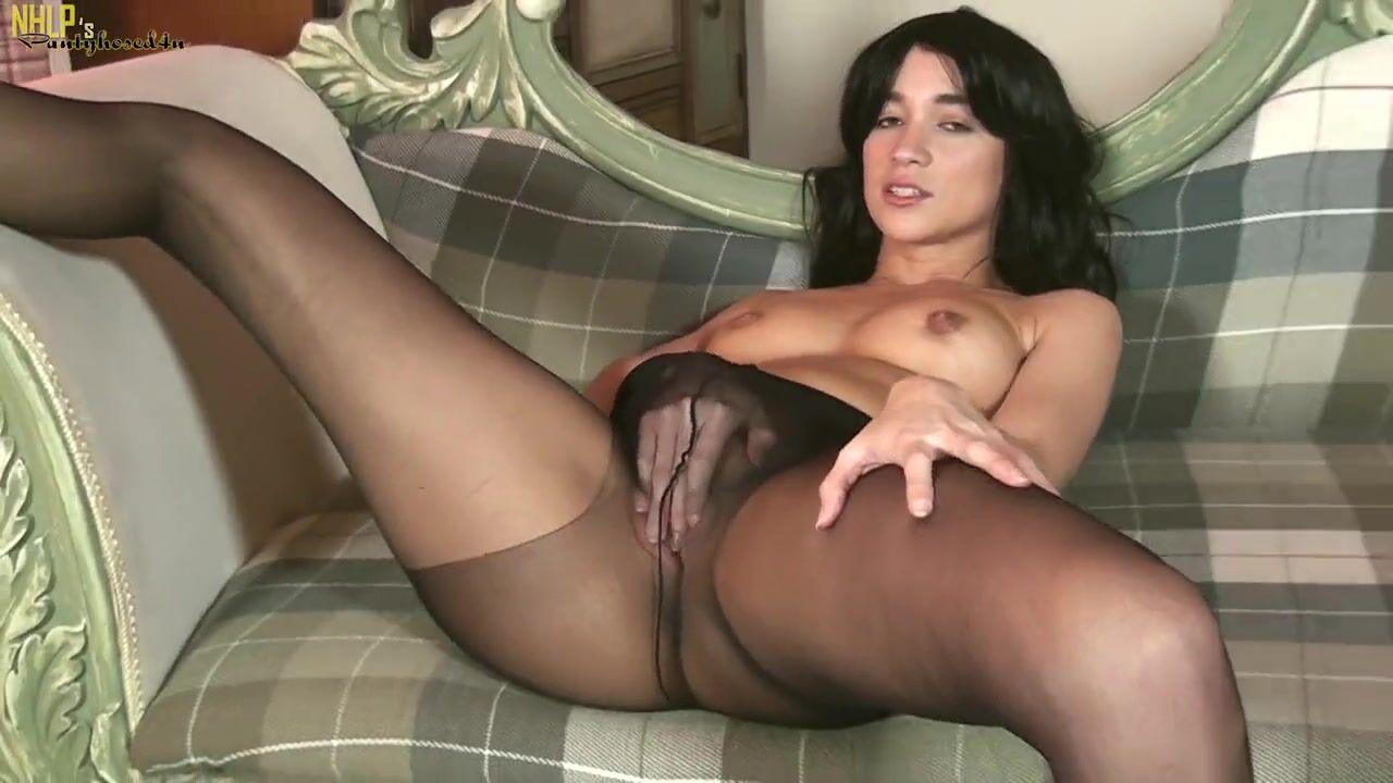Видео стройняшка в черных колготках мастурбирует