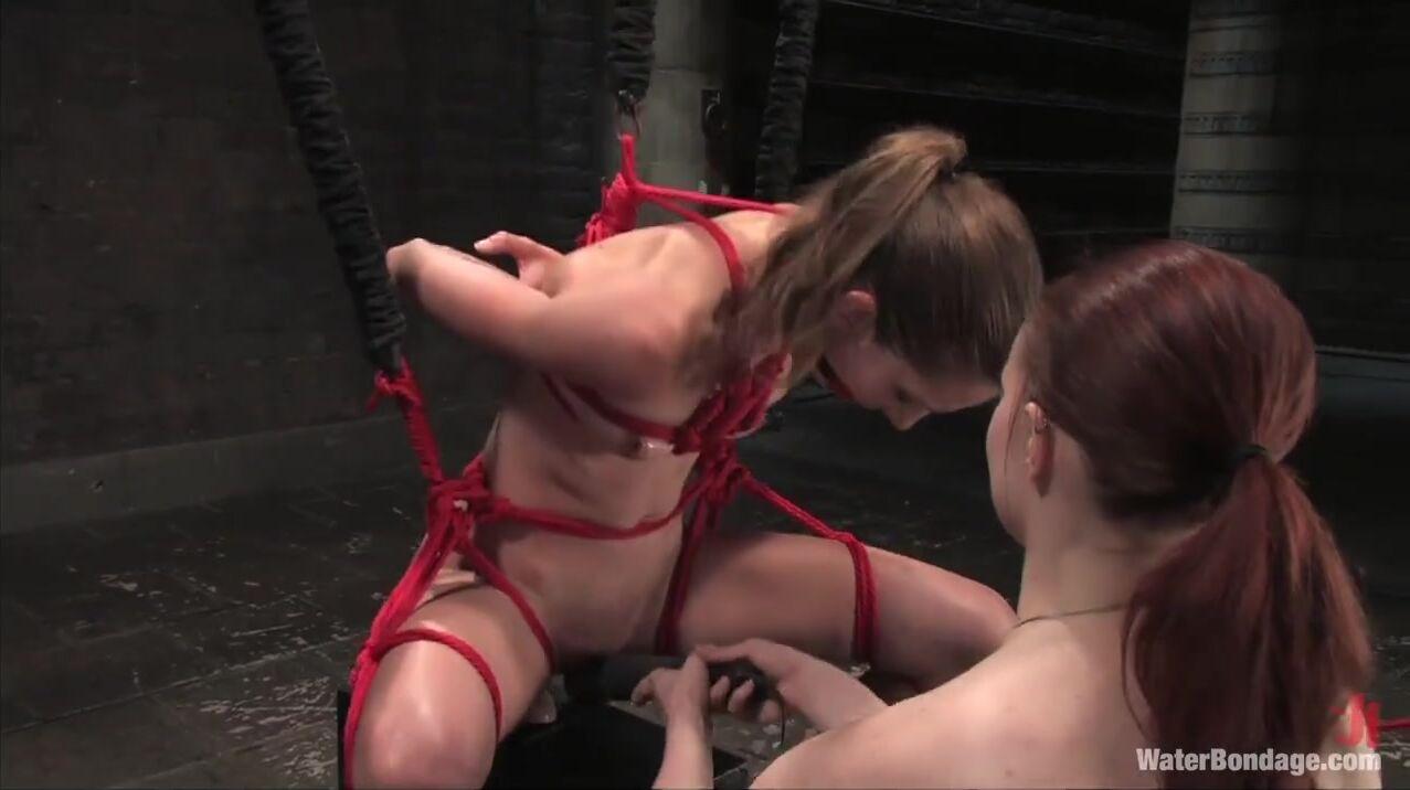 Развлекается с рабынями